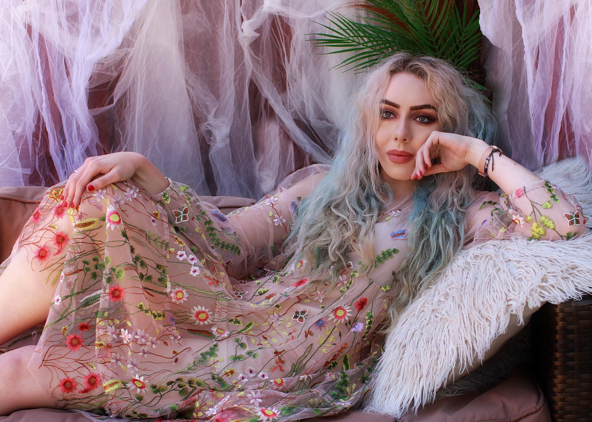stephi lareine uk fashion blogger wears h&m boho floral embroidered dress
