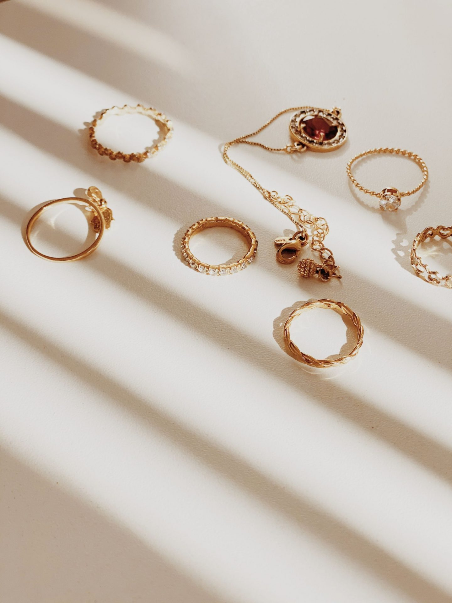 HOW VINTAGE, ANTIQUE, AND RETRO JEWELLERY ARE DIFFERENT
